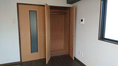 広めの収納スペース、丈のある服でも十分。