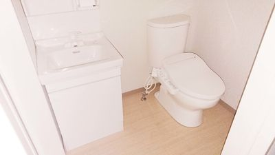 洗面化粧台とトイレがコンパクトにまとまっています