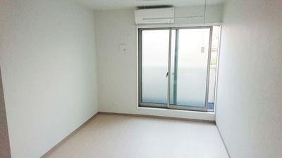 白を基調とした広めの洋室で明るいです。